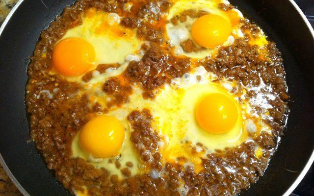 Αυγά σε σάλτσα κιμά