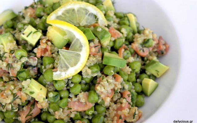 Σαλάτα με κινόα, αρακά, αβοκάντο και σολομό