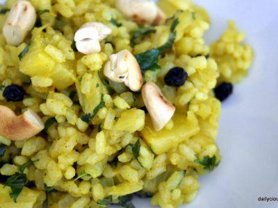 ρύζι με κάρυ και σταφίδες