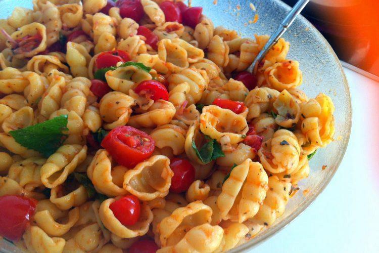 Καλοκαιρινή μακαρονάδα με άψητη σάλτσα ντομάτας