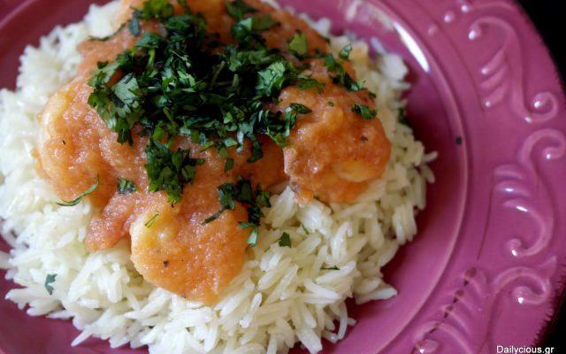 Γαρίδες με αρωματική κόκκινη σάλτσα και ρύζι