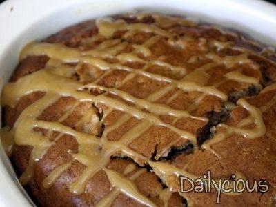 Αχλαδόπιτα (κέικ με αχλάδια) και ζεστή σάλτσα καραμέλας