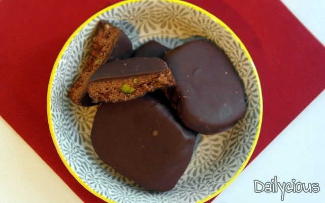 Κουραμπιέδες με σοκολάτα και φιστίκια