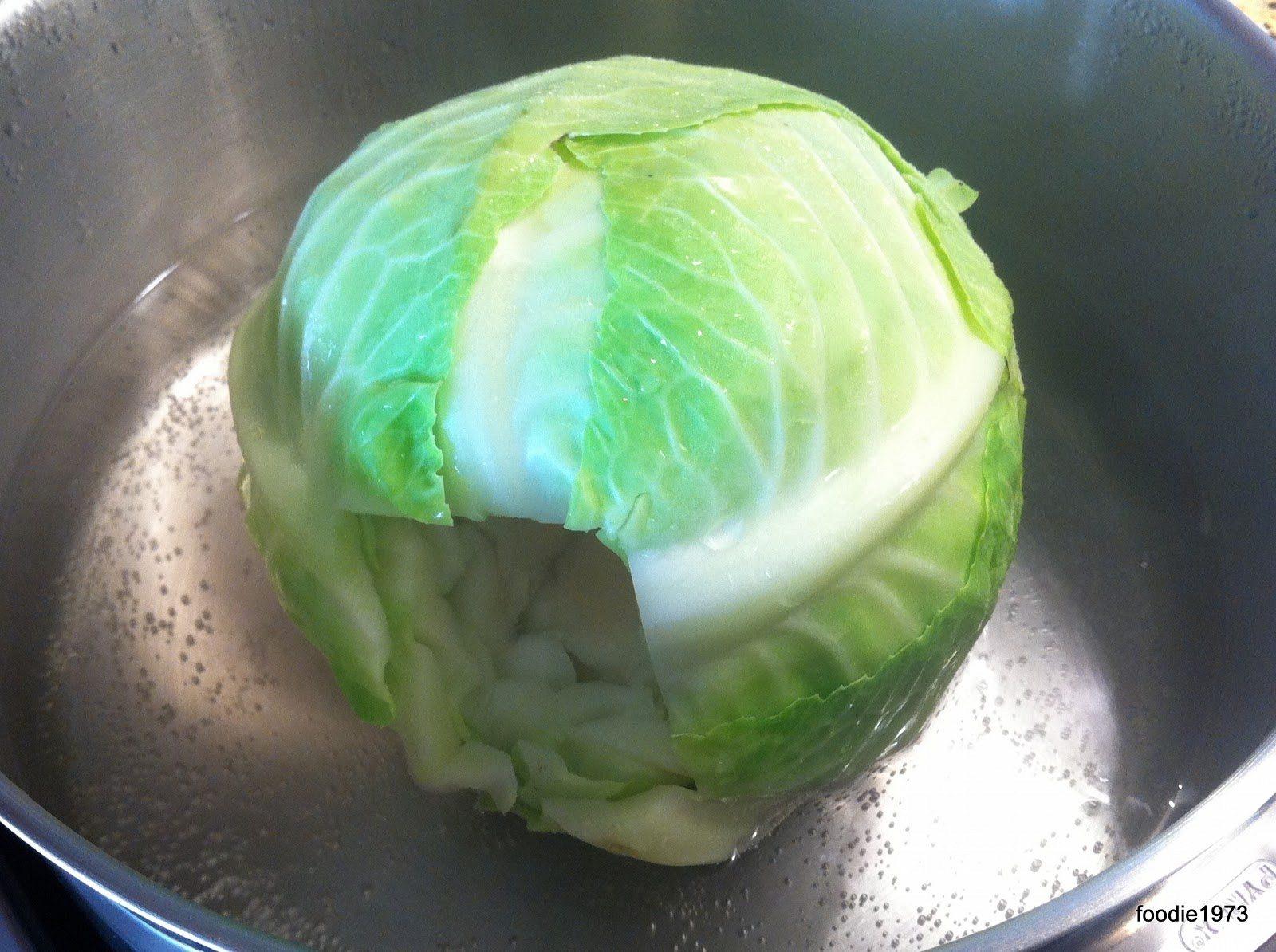 Τοποθετώ το λάχανο στην κατσαρόλα για να μαλακώσουν τα φύλλα του.