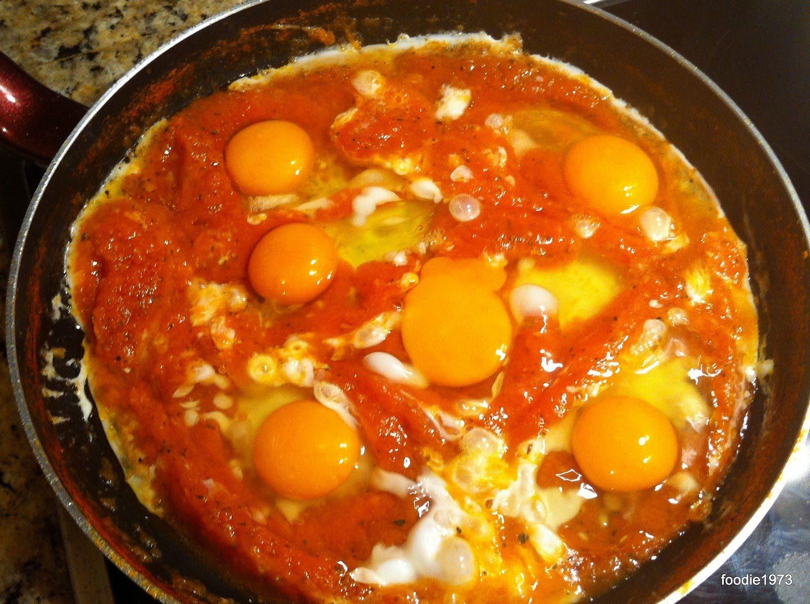 Σπάω και τα αυγά μέσα στην σάλτσα.