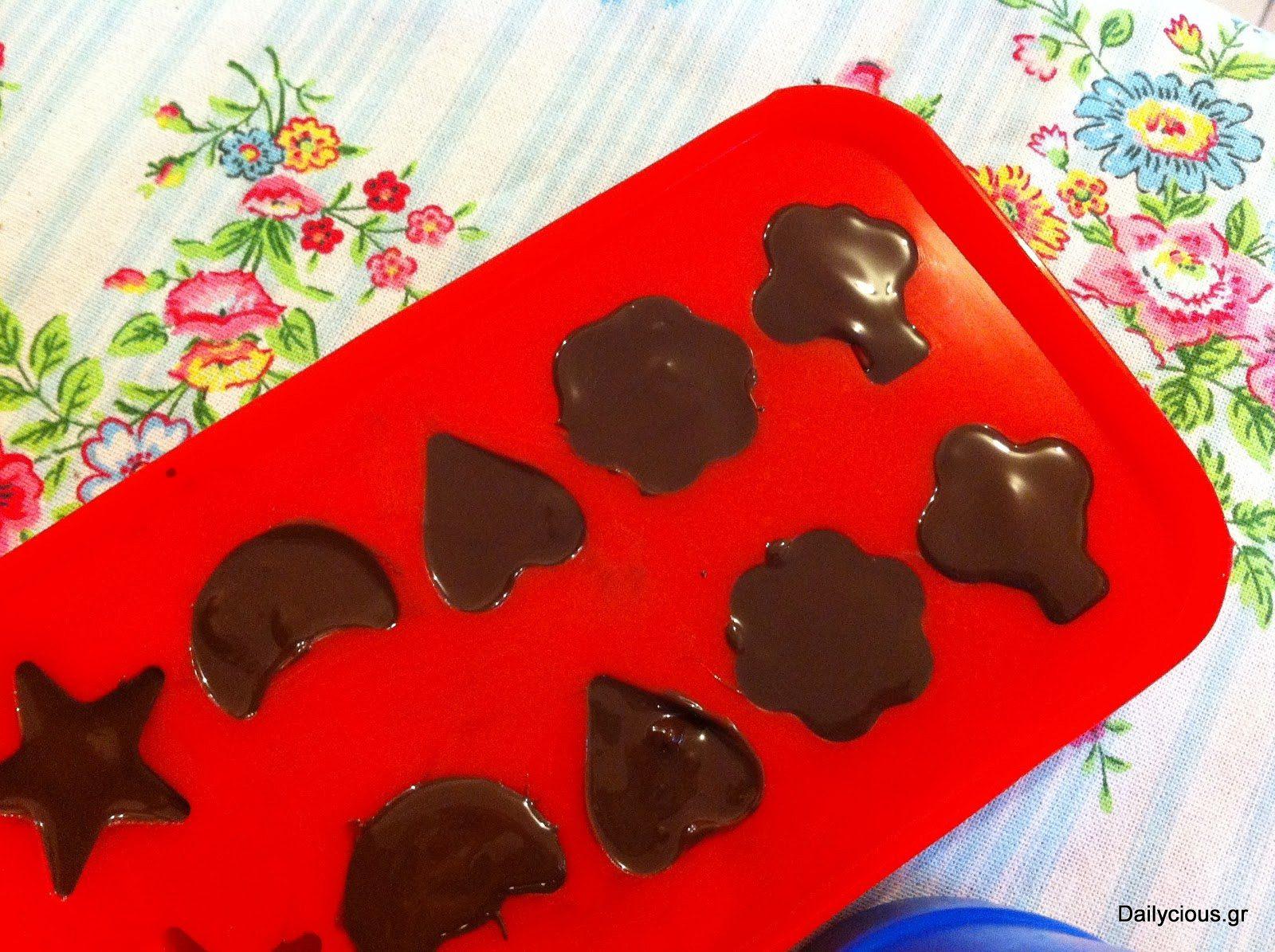 Καλύπτω με την υπόλοιπη σοκολάτα.