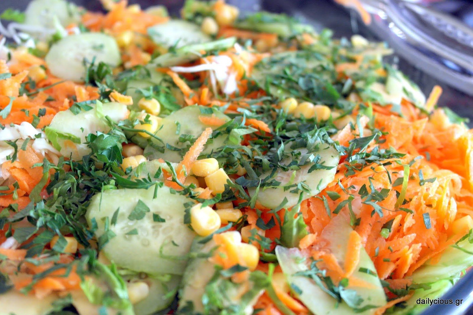 Η σαλάτα με το λάχανο, το καρότο, το καλαμπόκι κι το αβοκάντο, είναι έτοιμη!