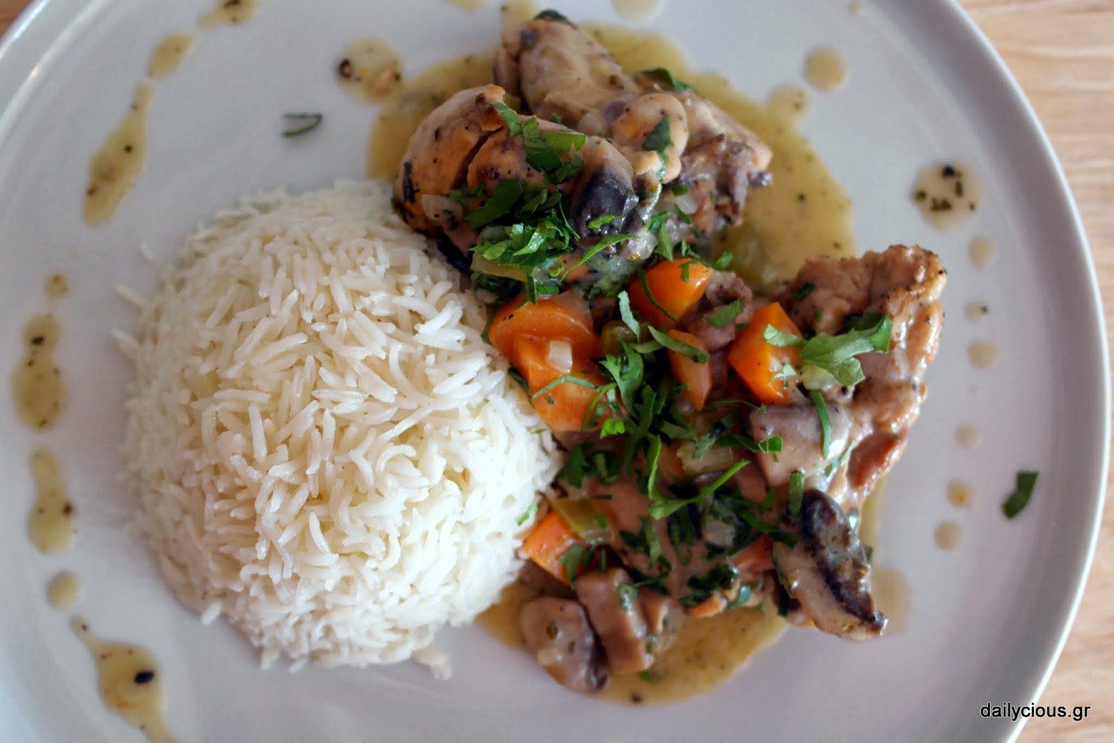 Στο πιάτο με ρύζι basmati και σάλτσα.