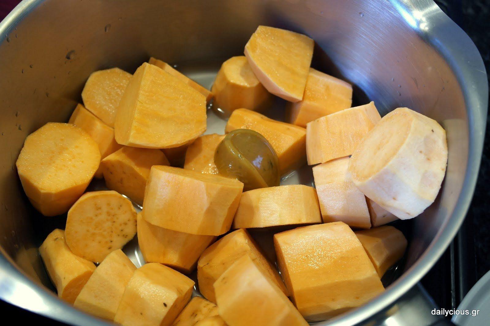 Οι γλυκοπατάτες βράζουν στην κατσαρόλα.