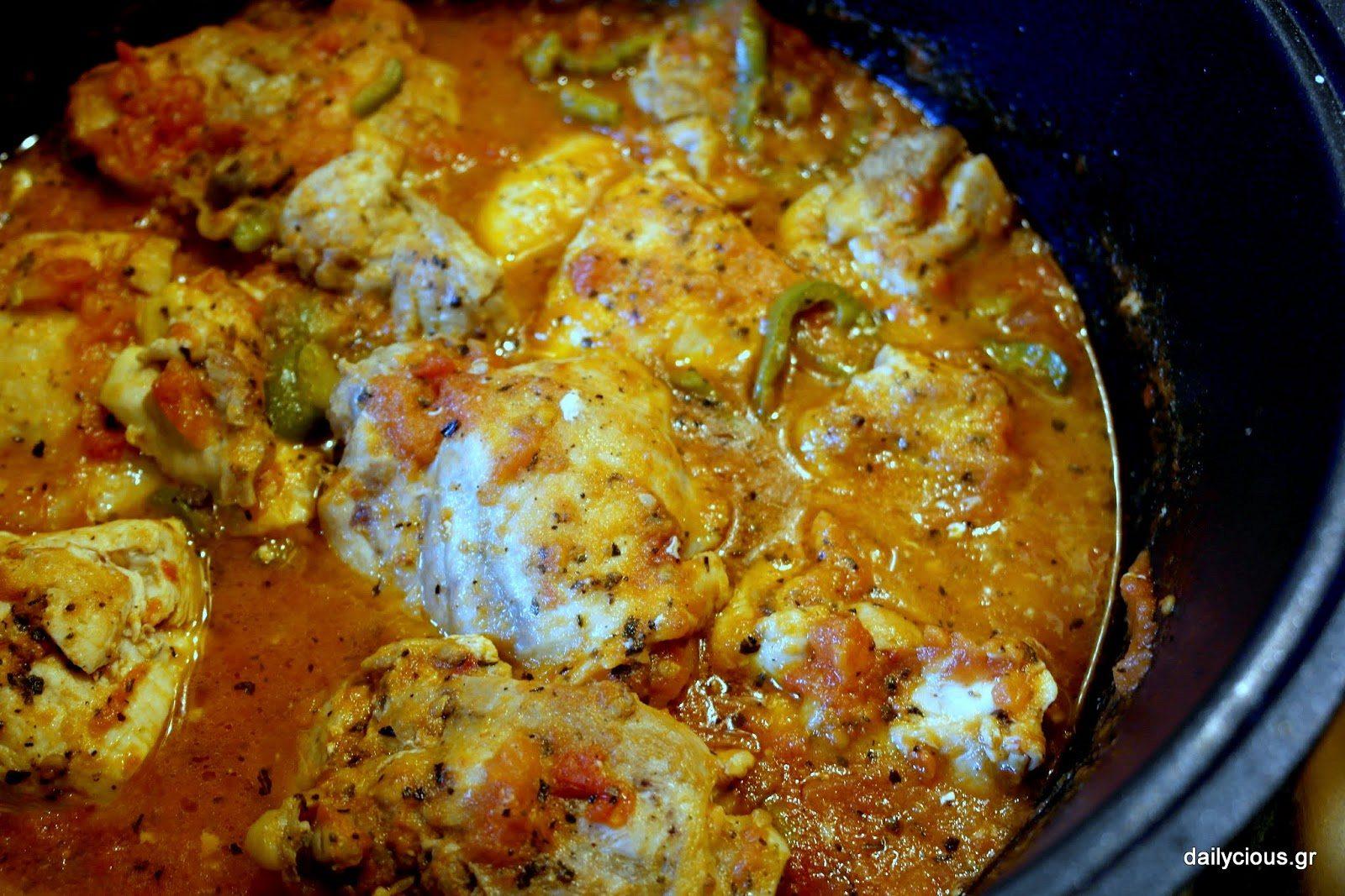 Έτοιμο το κοκκινιστό κοτόπουλο με τις πιπεριές και τον βασιλικό!