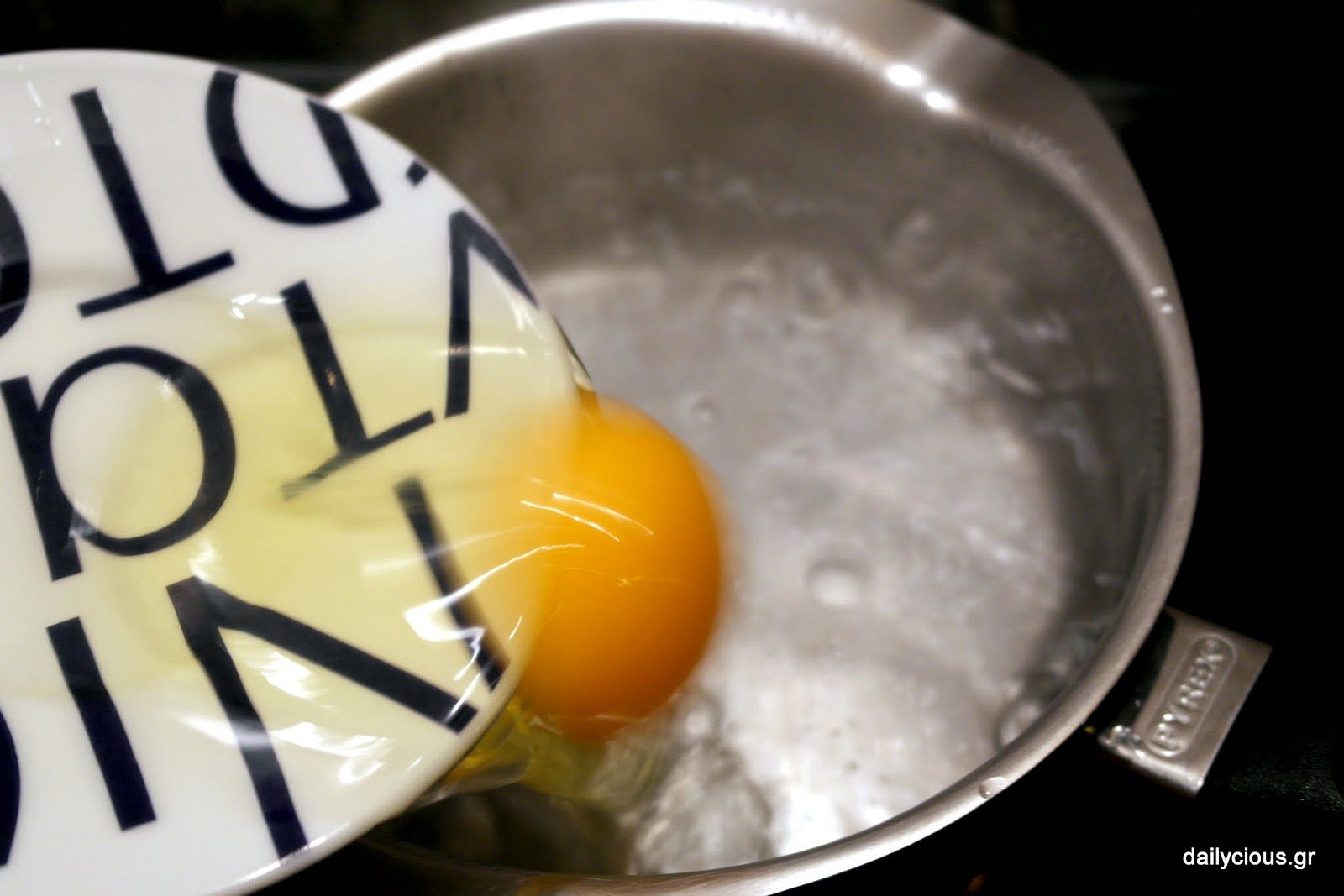 Τα αυγά στο βραστό νερό.