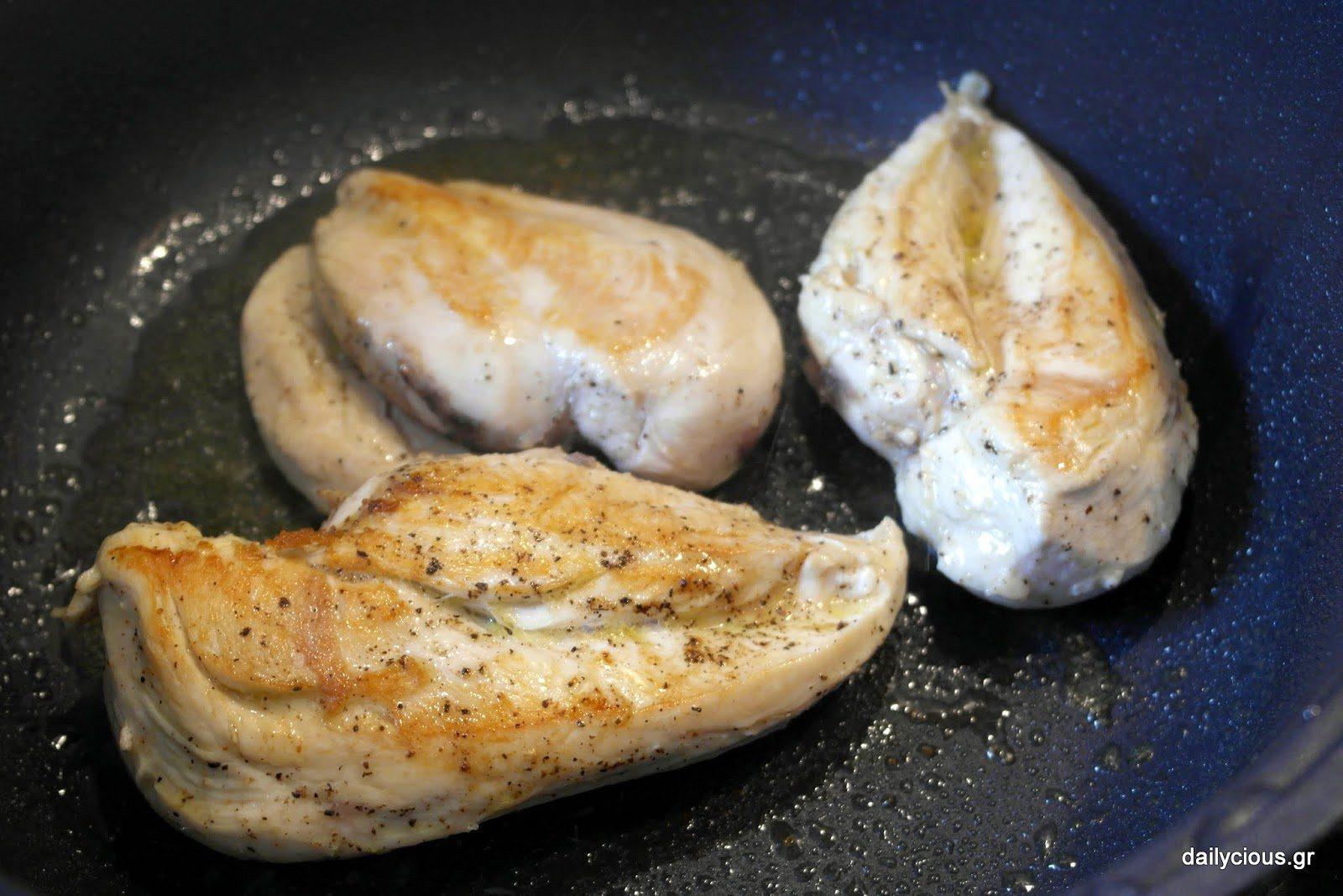 Τσιγαρίζω ελαφρά το κοτόπουλο.
