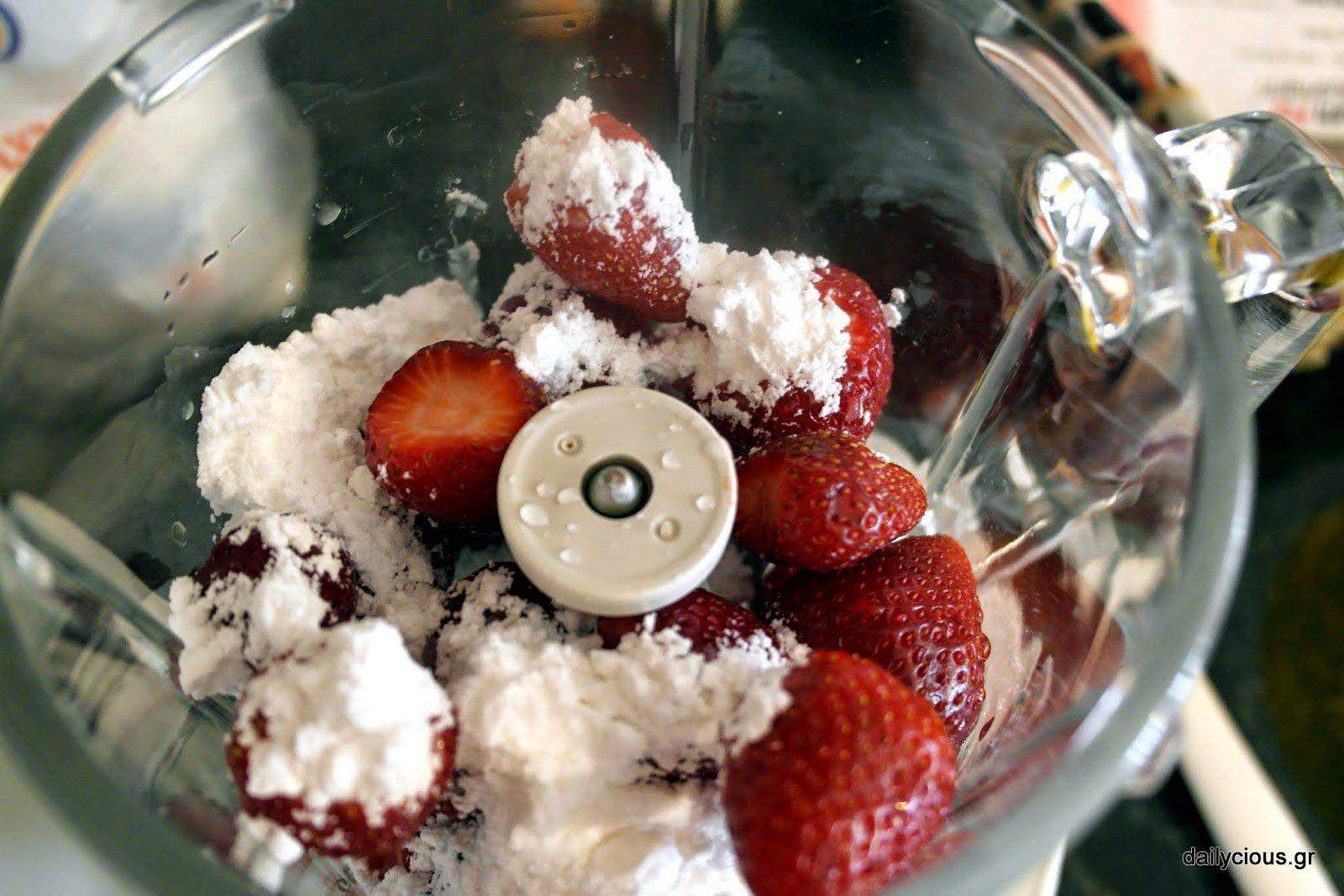 Χτυπάω τις φράουλες να γίνουν πουρές.