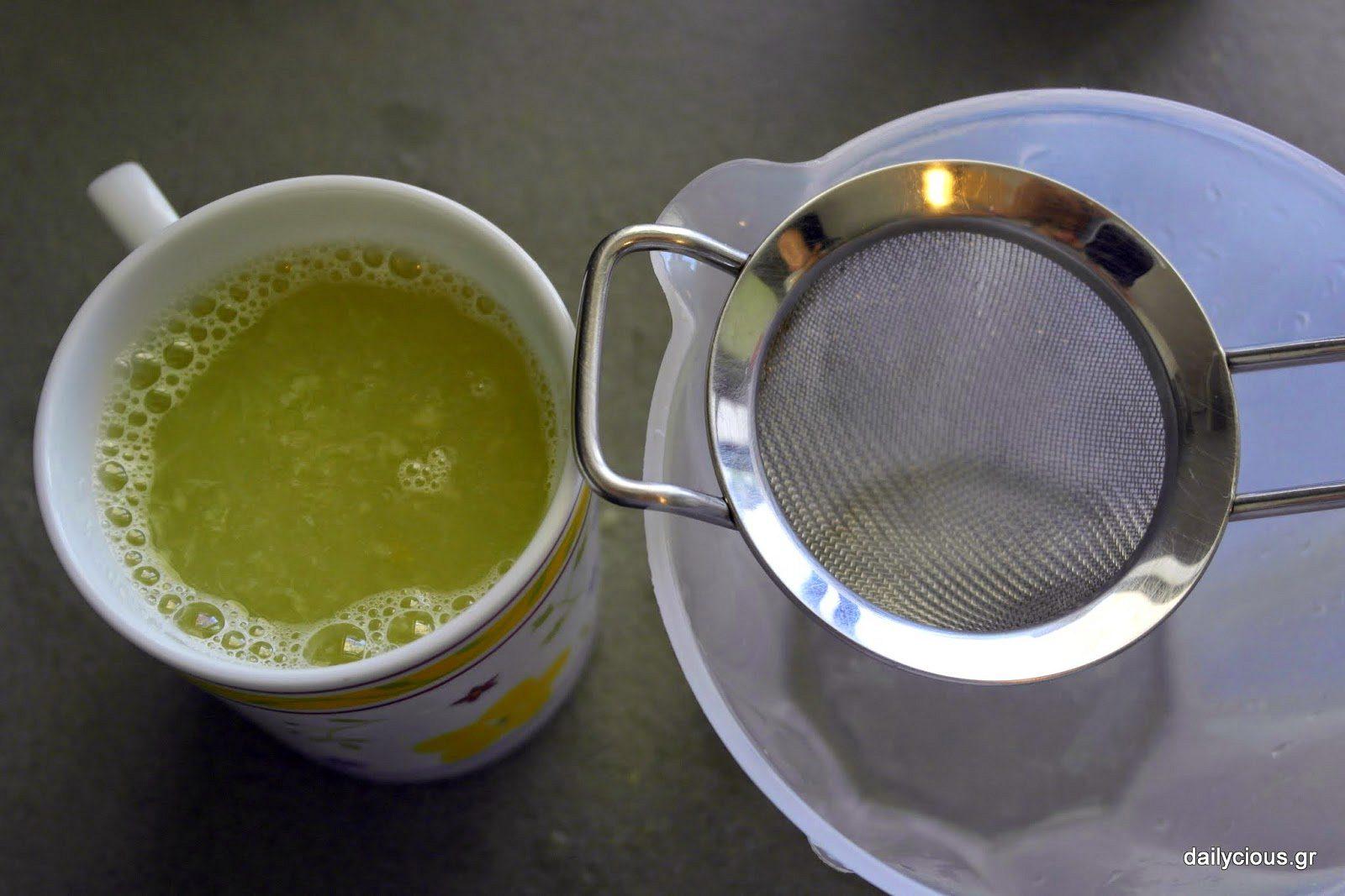 Περνάω από σίτα τον χυμό λεμονιού.