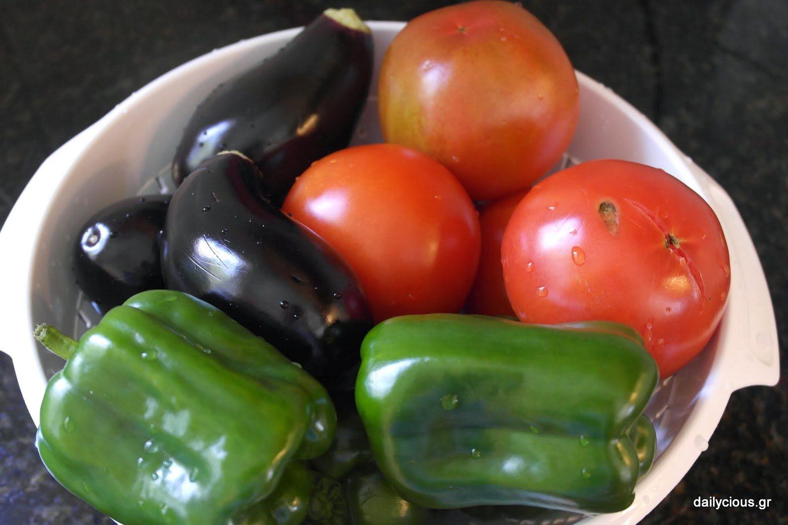 Πλένω τις ντομάτες, τις πιπεριές και τις μελιτζάνες.